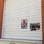 """La sede del PSOE aparece con carteles con expresiones fascistas como """"¡El Valle no se toca!"""" o """"El PSOE profana tumbas"""""""