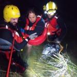 Los bomberos rescatan a una familia que descendía el río en una barca hinchable en el Alto Tajo
