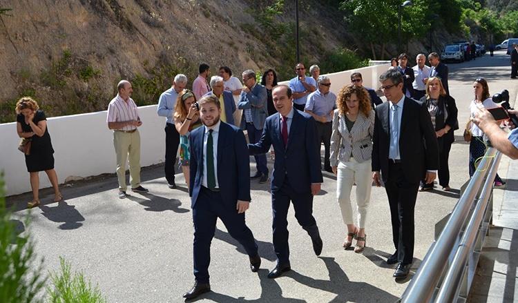 Nacho Hernando, portavoz del Gobierno Regional a su llegada a las instalaciones del Real Balneario de Carlos III de Trillo