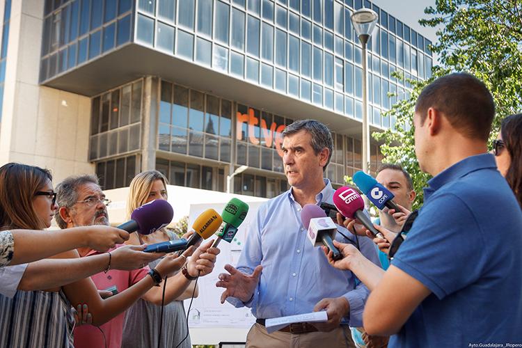 Antonio Román durante la presentación de la reforma de la Plaza del Concejo