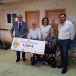 Diputación hace entrega del 'cheque' de la recaudación de la Paella Solidaria a la Asociación de Esclerosis Múltiple
