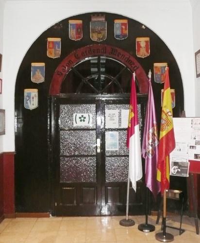 Marcos Luengo diseñó los escudos delos partidos judiciales que ornamentaron la entrada a los salones de la Casa de Guadalajara en Madrid