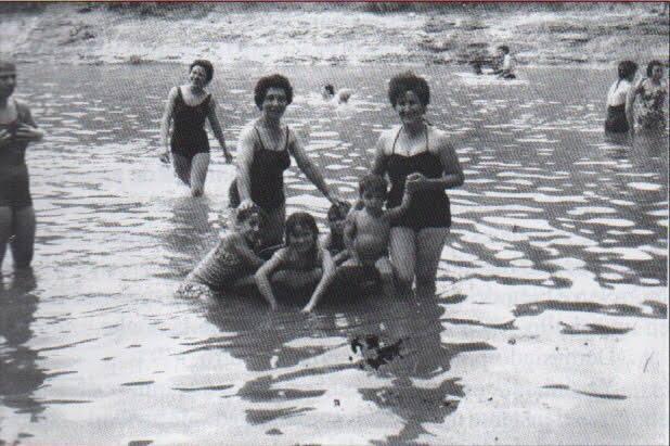 Una familia disfrutando del baño en el Henares (Foto: Grupo de FB Amigos del Ayuntamiento de Guadalajara)