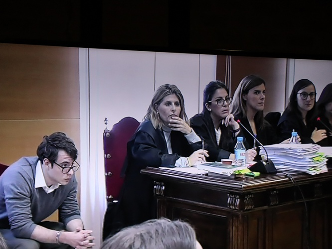 Imagen de la sesión de hoy tomada desde una pantalla de televisión