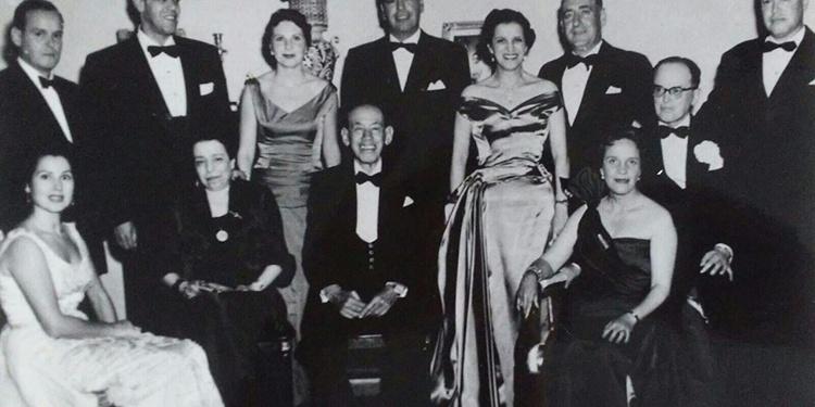 Lupe Sino (Izq), con la familia de su segundo marido, tras ella