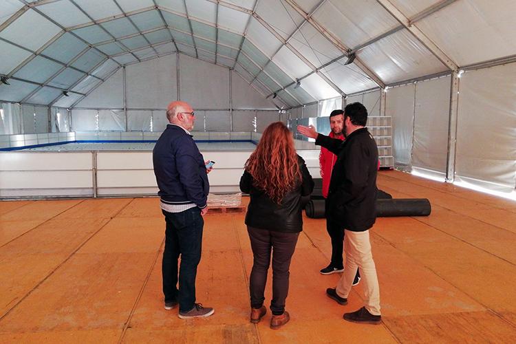 El alcalde, la concejala de Fiestas y el edil de Urbanismo visitan la carpa de la pista de hielo. Fotografía: Ayuntamiento de Azuqueca