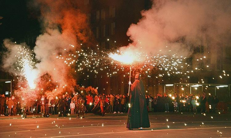 Pasacalles de teatro pirotécnico con 'Inferno'. Fotografía: Álvaro Díaz Villamil / Ayuntamiento de Azuqueca