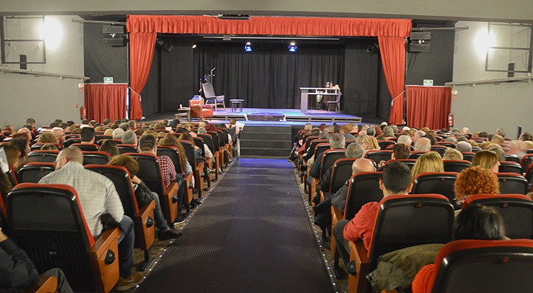 Público a la espera del inicio de la representación del sábado 3 de noviembre. Fotografía: Álvaro Díaz Villamil / Ayuntamiento de Azuqueca