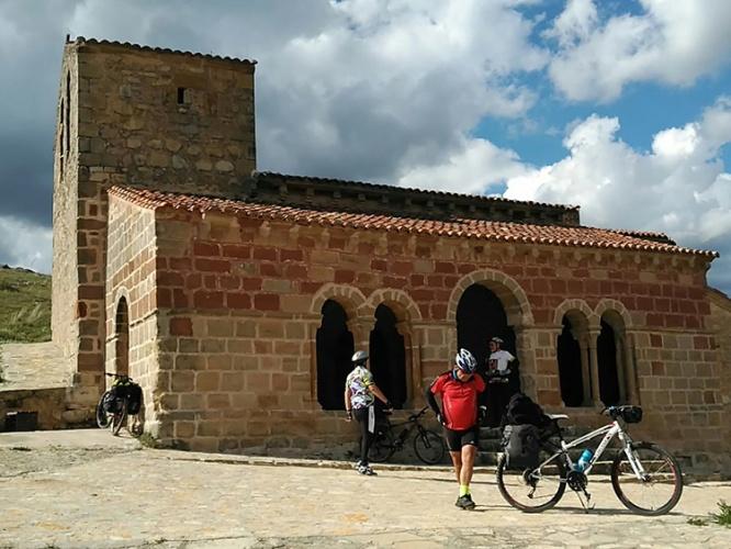 Junto a la iglesia románica de Jodra