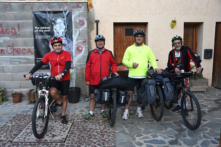 Los ciclistas abandonan Checa