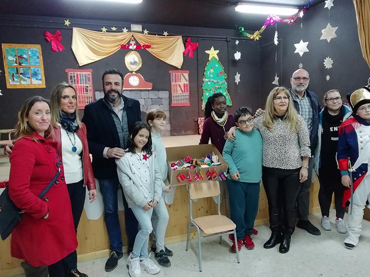 El alcalde y los concejales de Cooperación al Desarrollo y Educación, visitaron el CEIP La Paz para conocer el funcionamiento de la campaña de comercio justo. Fotografía: Ayuntamiento de Azuqueca de Henares