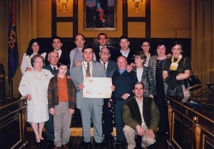 2003. Momento de la entrega de la Medalla de Plata de la Diputación con la Junta Directiva de entonces y algún familiar