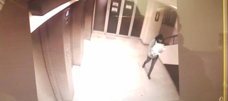 Imagen de las cámaras de seguridad del hospital con la mujer que lleva en brazos al bebe
