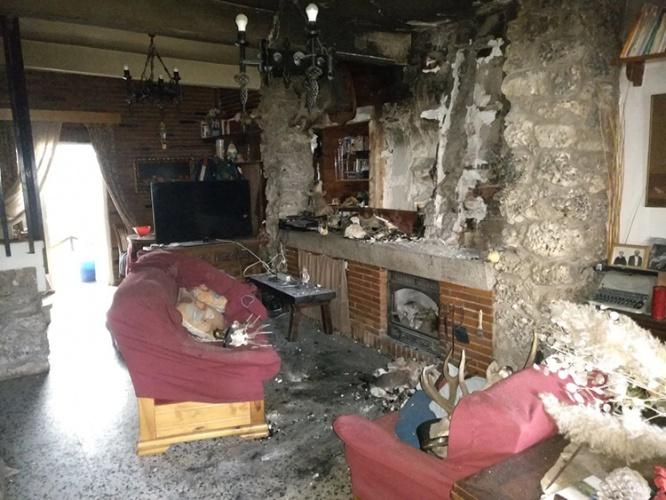 Estado en el que quedó la vivienda incendiada ayer en Trillo. (Foto: @Ceisguadalajara)