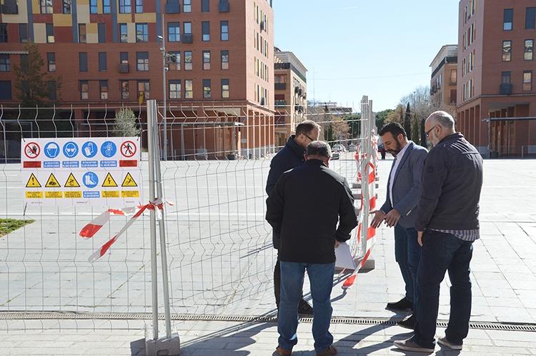 Un momento de la visita a la plaza. Fotografía: Álvaro Díaz Villamil/ Ayuntamiento de Azuqueca de Henares