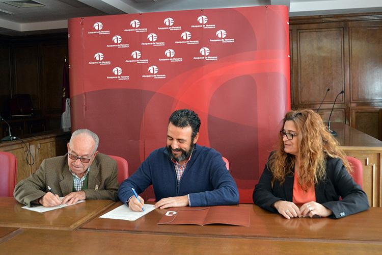 Momento de la firma del convenio. Fotografía: Álvaro Díaz Villamil / Ayuntamiento de Azuqueca