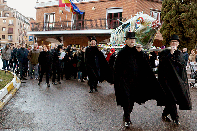 Salida de la comitiva del entierro de la sardina desde la plaza de la Constitución. Fotografía: Álvaro Díaz Villamil / Ayuntamiento de Azuqueca