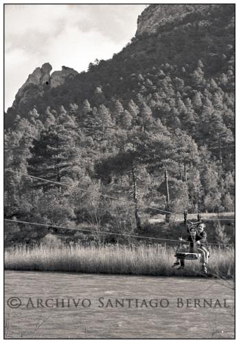 Así era el viejo transbordador que cruzaba el Tajo junto a las salinas de la Inesperada. En la imagen Juan Manuel Abánades y su hijo Juan Claudio, en una foto del archivo Santiago Bernal (circa 1974).
