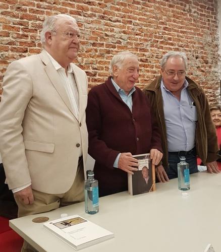 Juantxo Armas Marcelo, Pepe Esteban y Jesús Egido, editor de Reino de Cordelia, en la presentación de las memorias en la librería Pasajes de Madrid. Foto: Javier Sanz