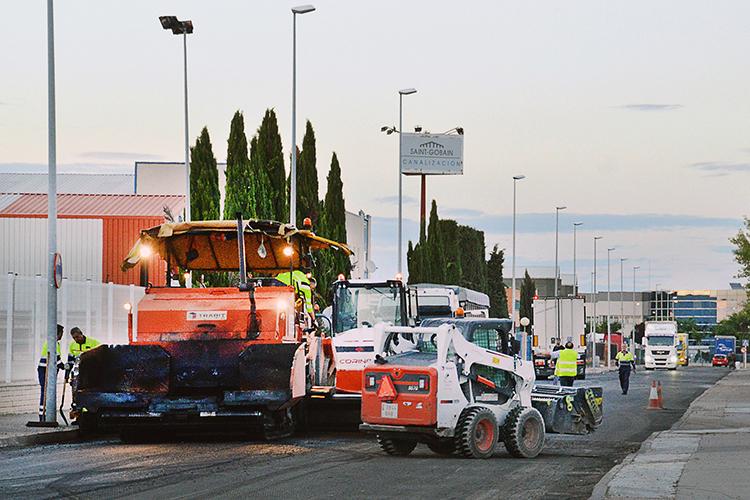 Máquinas trabajando la pasada noche en el asfaltado del polígono. Fotografía: Álvaro Díaz Villamil/ Ayuntamiento de Azuqueca de Henares