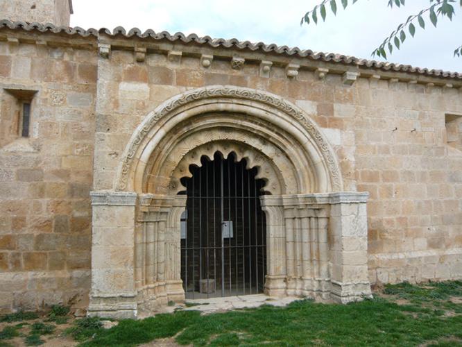 Iglesia de Villacadima, con portada de arquivoltas, en la Sierra de Pela.