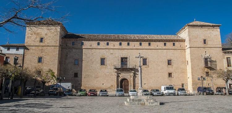 Palacio ducal de Pastrana, plaza y reja de la Hora, donde penó sus últimos años la Princesa