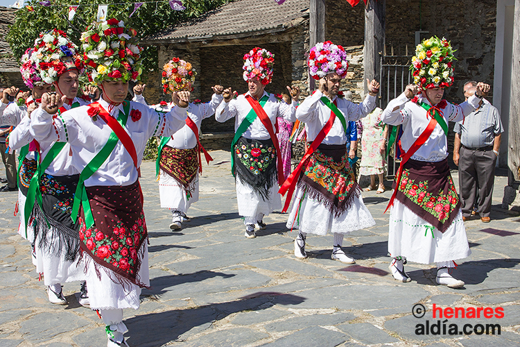 Disfrutar del baile del cordón de los danzantes de Majaelrayo