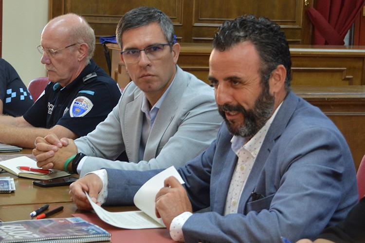El alcalde, junto al delegado del Gobierno en Guadalajara y el jefe de la Policía Local. Fotografía: Álvaro Díaz Villamil / Ayuntamiento de Azuqueca