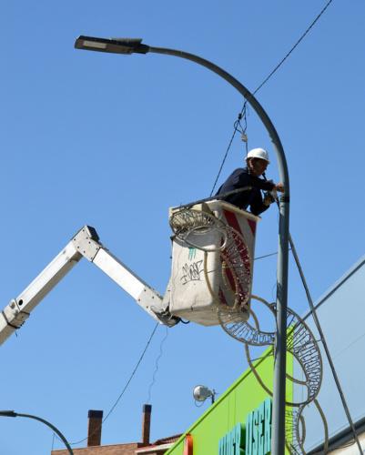 Trabajos de instalación de las nuevas luces. Fotografías: Álvaro Díaz Villamil / Ayuntamiento de Azuqueca