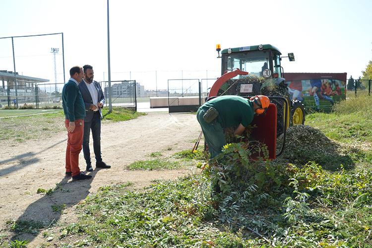 El alcalde y el concejal de Ciudad Sostenible, junto a la máquina de 'mulching'. Fotografía: Álvaro Díaz Villamil / Ayuntamiento de Azuqueca