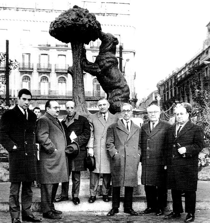De izquierda a derecha José Antonio Suárez de Puga, Montero Herreros, Ochaíta, Antonio Navarro Santafe (escultor del Oso y el Madroño), Francisco Layna, Gil Montero y Bernardino Pradel