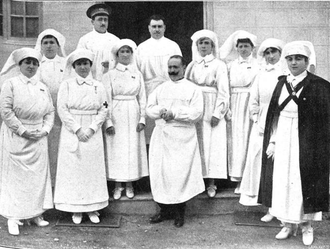 Las Damas enfermeras que la reina mandó a Melilla en 1921, con el manual de enfermería de doña Elena Sánchez de Arrojo