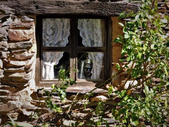 Una ventana cerrada en un pueblo de la Arquitectura Negra