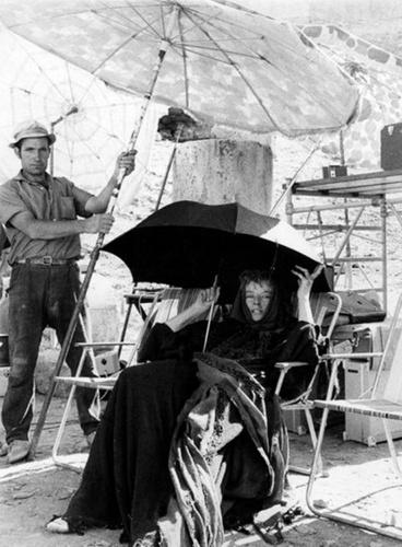 Katharine Hepburn durante el rodaje de la película, protegida por una sombrilla para que el calor no dañase el maquillaje