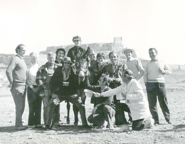 La última foto de la actriz en el pueblo, con los miembros del equipo de rodaje, antes de abandonar Atienza