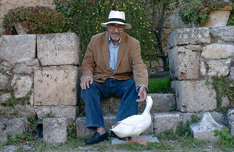 Leguineche escribió dos libros dedicados a Guadalajara: La felicidad de la tierra y El Club de los Faltos de Cariño. En la foto, en su casa briocense. (Foto: Carlos Miralles. El Mundo)