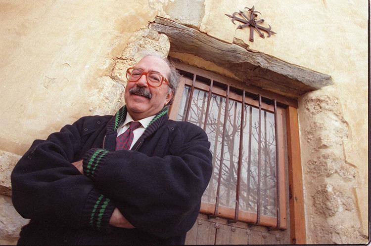Manu Leguineche, en una imagen de archivo en su casa de Brihuega. (Foto: Alberto Cuéllar. El Mundo)