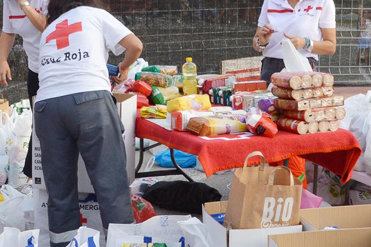 Imagen de archivo de una recogida solidaria de alimentos para Cruz Roja. Fotografía: Ayuntamiento de Azuqueca