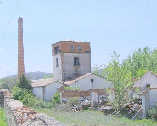 A la entrada de Mazarete todavía puede verse la resinera fundada por Calixto Rodríguez García
