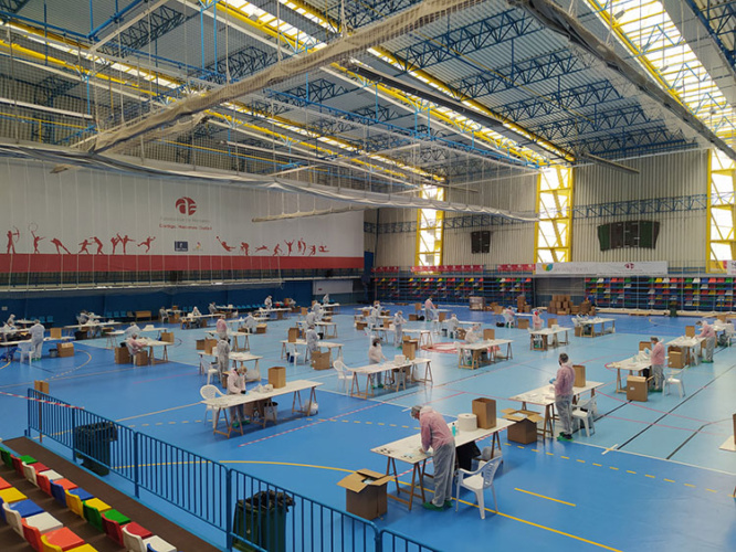 El polideportivo Ciudad de Azuqueca acoge la Plataforma de Trabajo de Empaquetado de las mascarillas. Fotografía: Ayuntamiento de Azuqueca