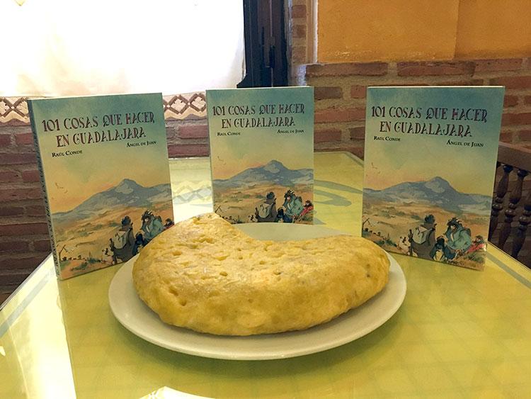 La reconocida tortilla de Casa Palomo, de cuatro kilos y más de dos docenas de huevos.
