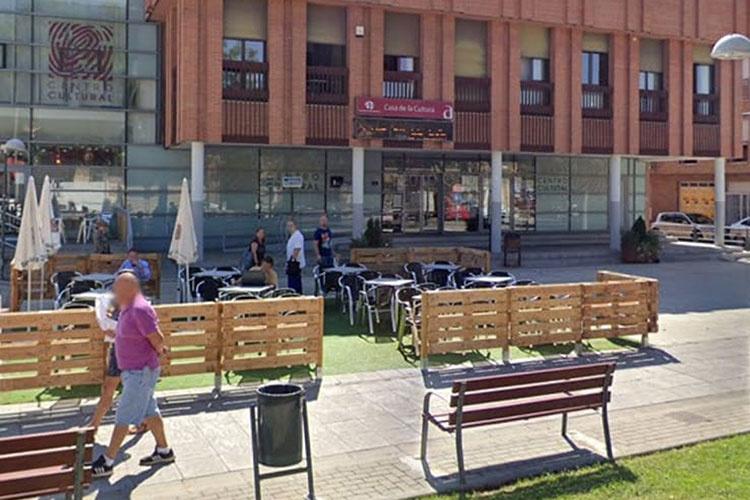 Imagen de archivo de la terraza que instala el bar-cafeteria de la Casa de la Cultura de Azuqueca
