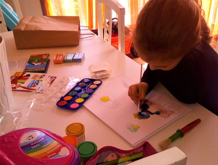 Los niños de Yebes y Valdeluz comienzan a pintar los dibujos que enterrarán en una cápsula del tiempo
