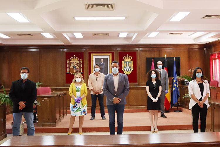 Los firmantes del documento, en el salón de plenos municipal. Fotografía: Ayuntamiento de Azuqueca de Henares