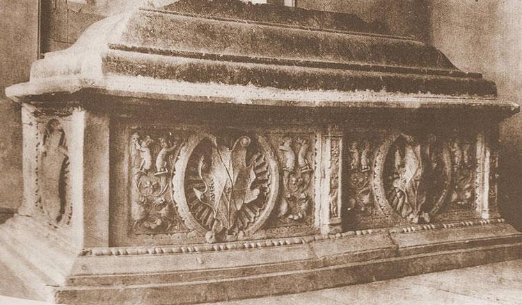 Sepulcro de doña Brianda, visto por Layna Serrano, antes de su expatriación