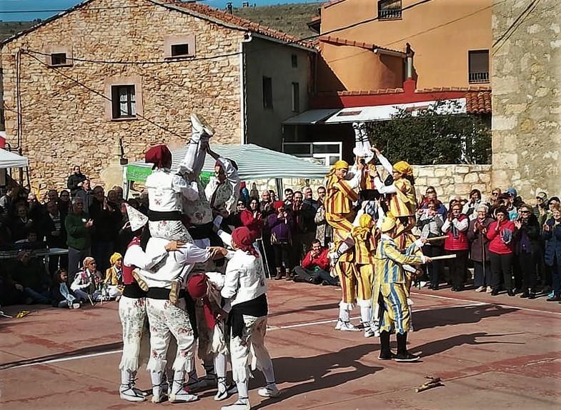 Los danzantes de Galve de Sorbe y de Condemios de Arriba, actuando en éste último pueblo durante la última edición del Día de la Sierra. Foto de RAÚL CONDE facilitada por la ASOCIACIÓN SERRANÍA DE GUADALAJARA