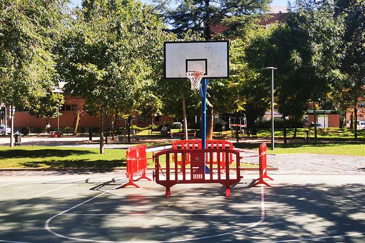 Pista de baloncesto en el parque de La Constitución con precintos. Fotografía: Ayuntamiento de Azuquec