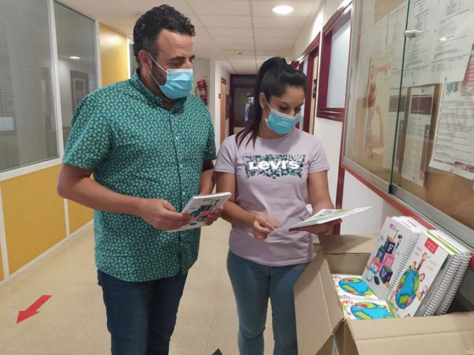 El alcalde y la concejala de Educación Global supervisan el material. Fotografía: Ayuntamiento de Azuqueca