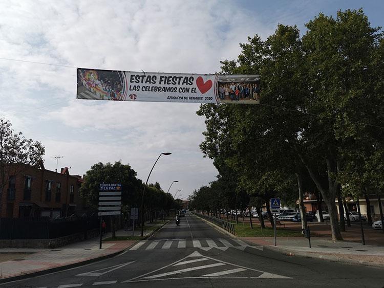 El Ayuntamiento de Azuqueca coloca 25 pancartas con el lema 'Estas fiestas las celebramos con el corazón'