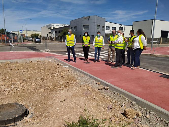 El alcalde y la concejala de Innovación Urbana, junto a técnicos municipales y representantes de PIGESA, han visitado las obras en el sector SUR-I11. Fotografía: Ayuntamiento de Azuqueca